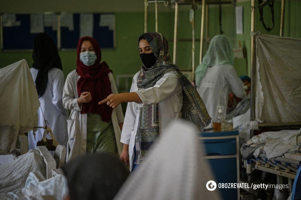 Жінки працюють в лікарнях у Кабулі