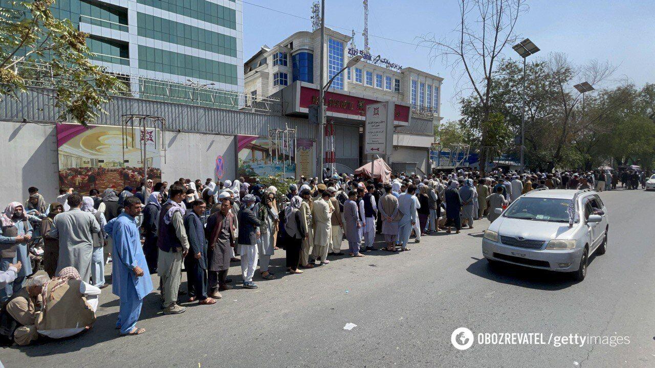 Очереди в банк в Кабуле