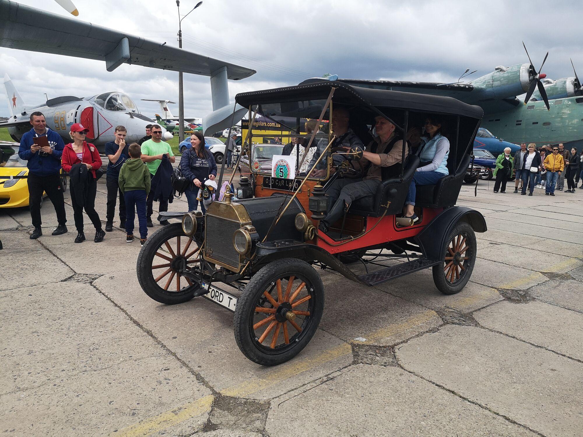 Среди сотни самолетов и вертолетов будут представлены редкие старинные автомобили