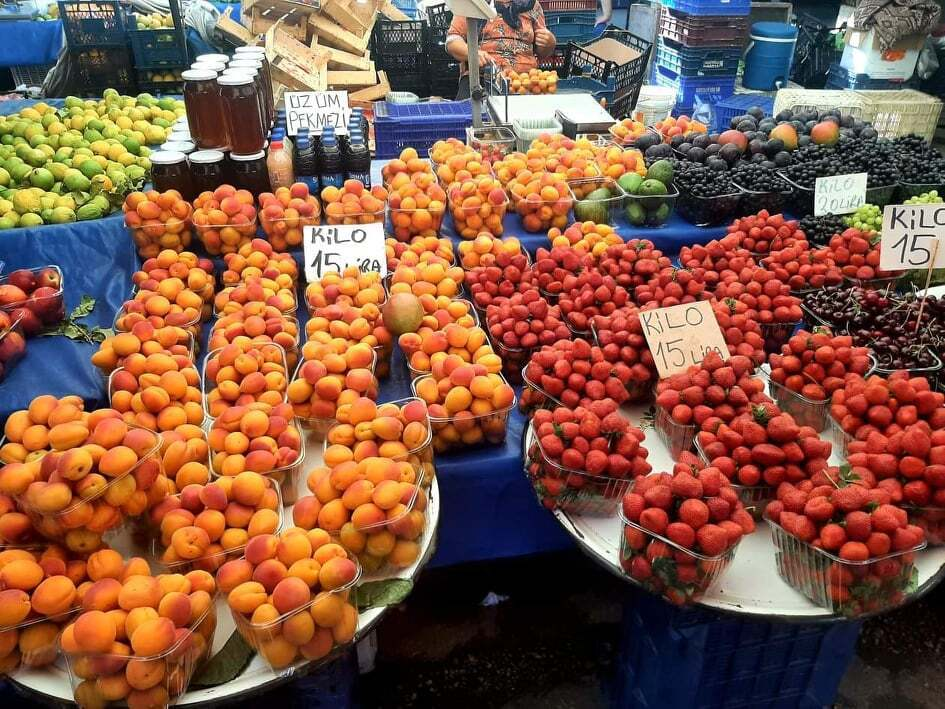Клубника и абрикосы по 15 лир за килограмм, это около 45 гривен.