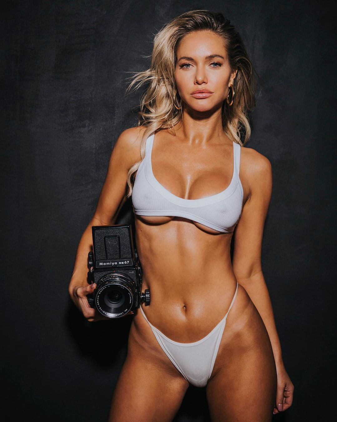 Кортни Келлар с камерой