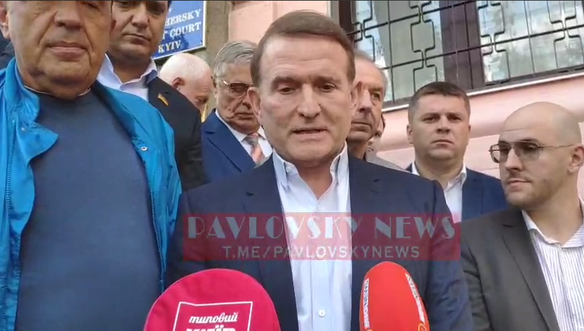 Медведчук разом із соратниками покинув будівлю суду.