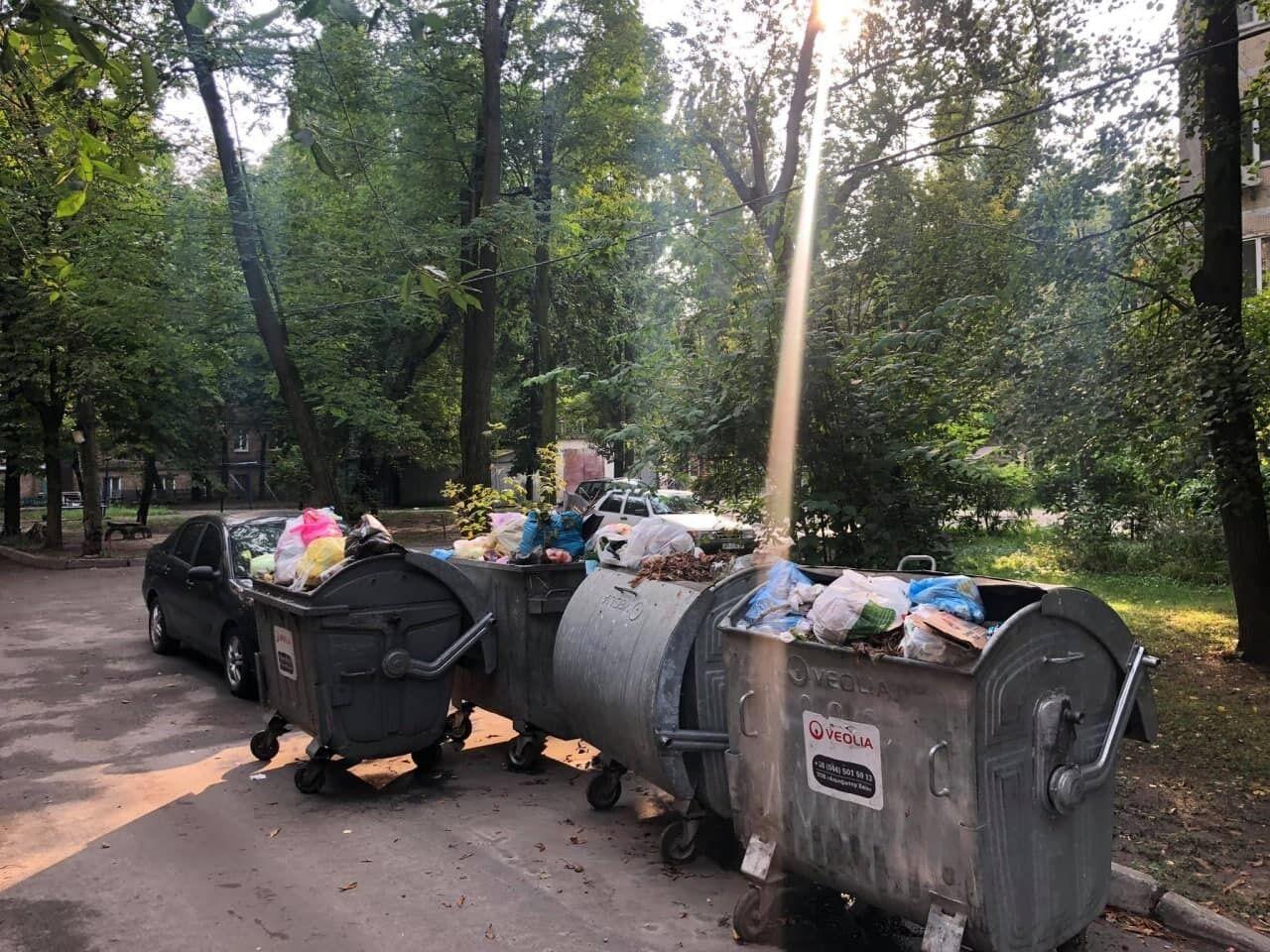 Легковик стояв упритул до сміттєвих баків.