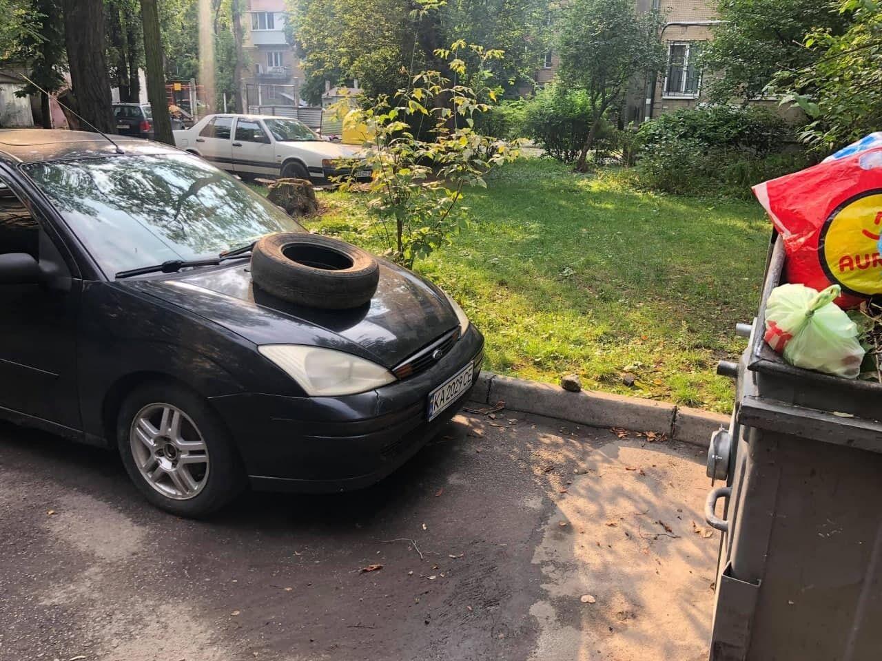 На капот авто поклали автомобільну шину.