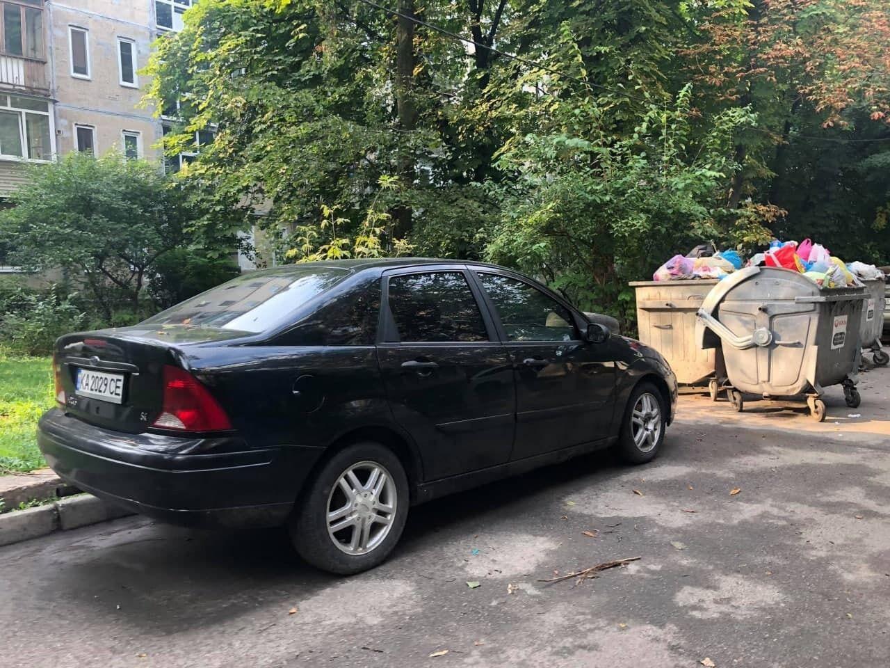 Можливо, машина заважала вивезенню сміття.