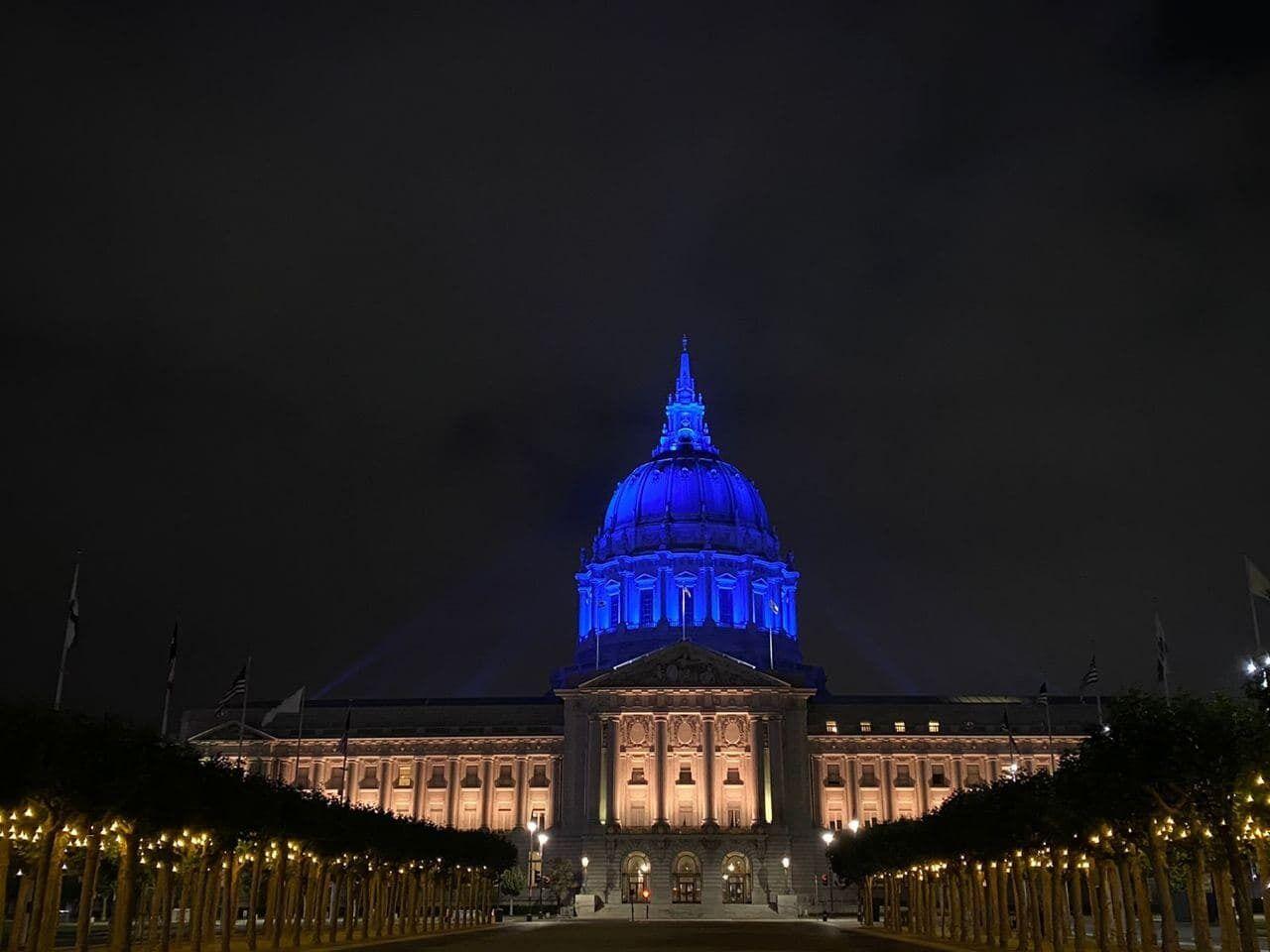 Мэрию Сан-Франциско подсветили сине-желтыми цветами