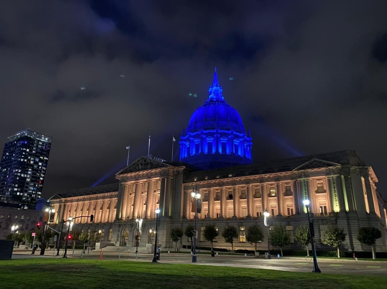 Мэрия Сан-Франциско в цветах флага Украины