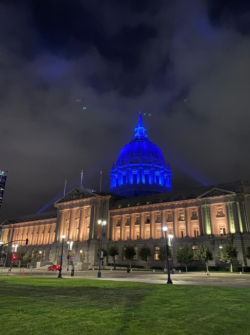Здание мэрии Сан-Франциско в цветах украинского флага