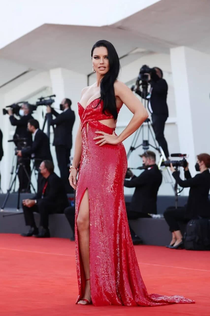 Адриана Лима появилась в ярко-красном платье