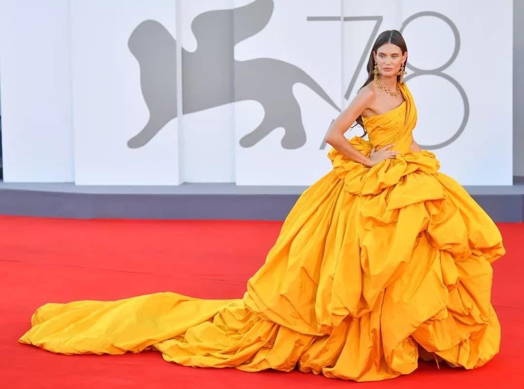 Модель Бьянка Балти вышла в платье Alta Moda