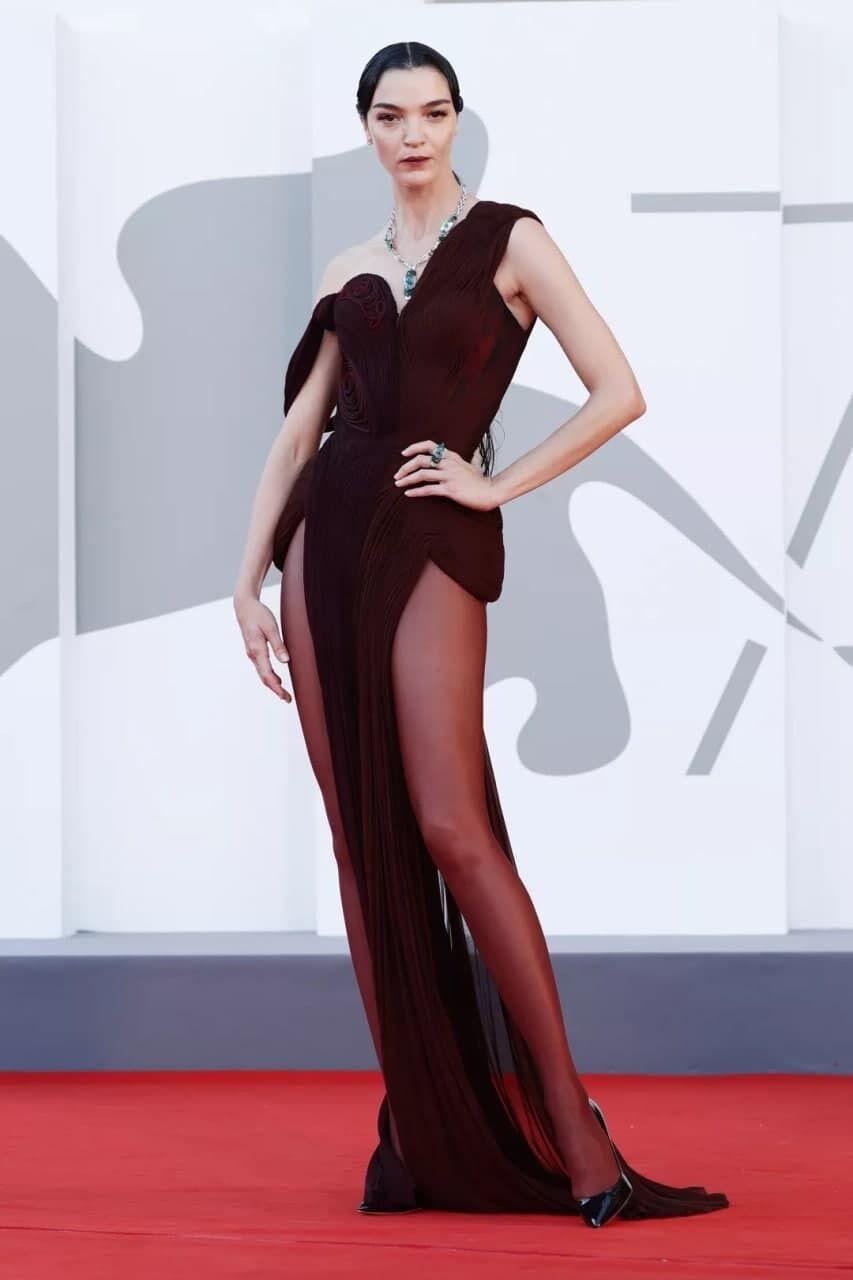 Модель Мариякарла Босконо появилась в платье коричневого оттенка