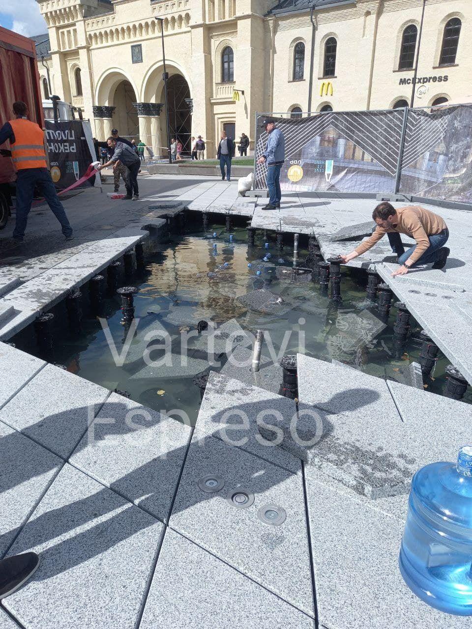 Пошкоджені конструкції фонтана.