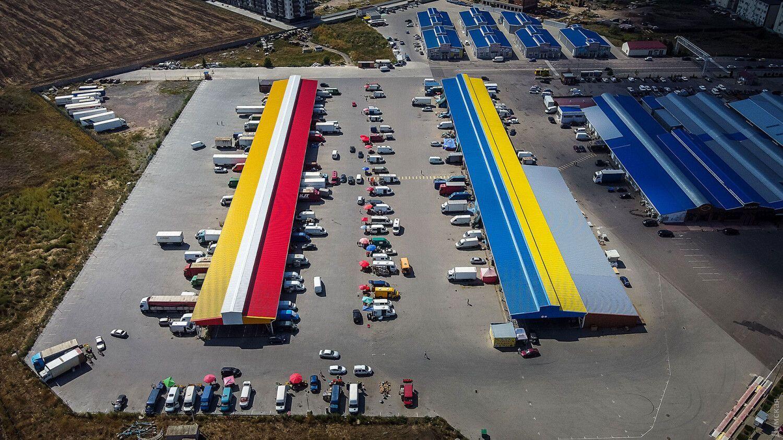 Самый большой флаг Одессы на павильоне рынка