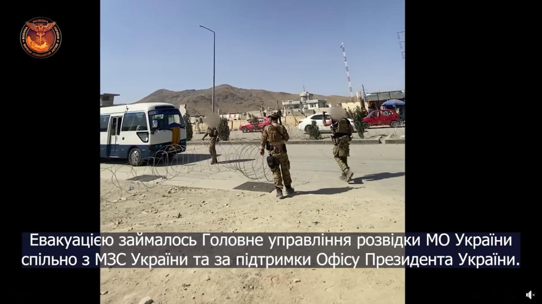 Військові за територією аеропорту