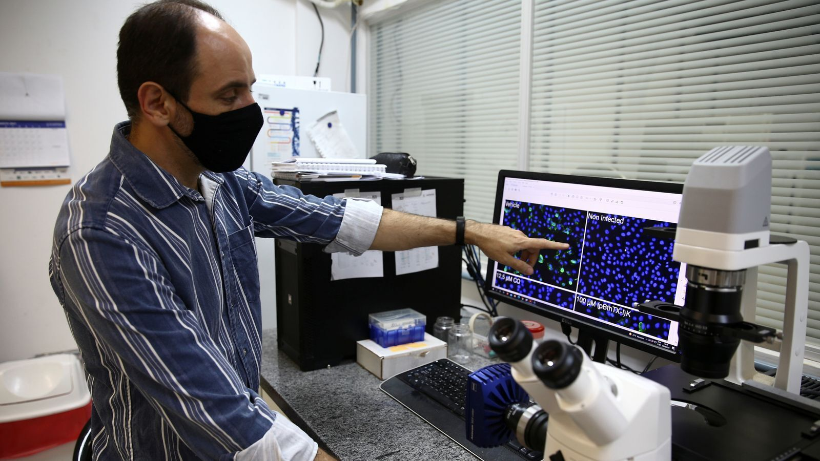 Дослідник працює над зразком у лабораторії Інституту фізики Університету Сан-Паулу
