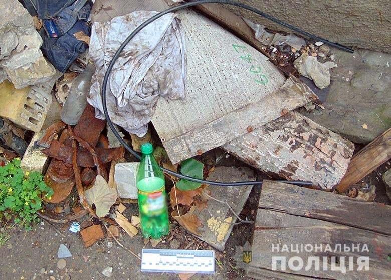У дворі будинку у чоловіка знайшли пляшку з-під пального.