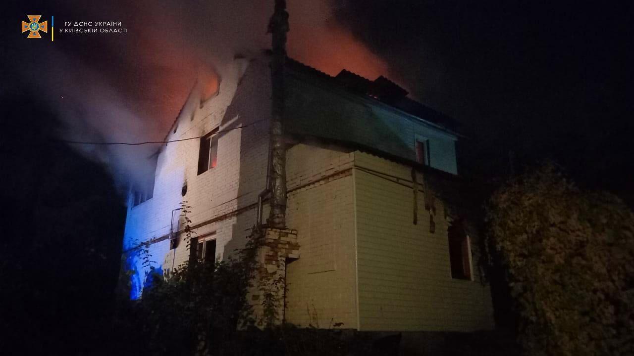 Огонь охватил крышу двухэтажного дома.