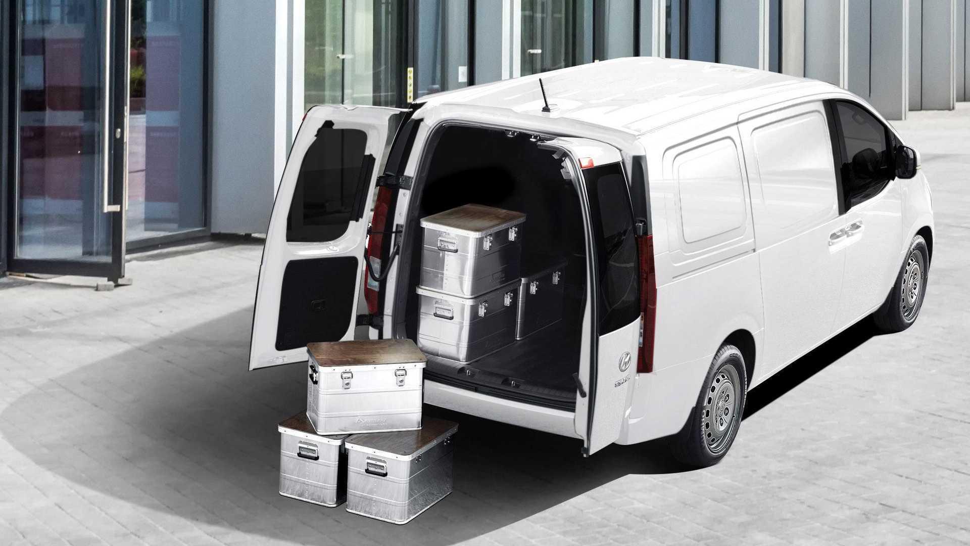 По словам создателей, автомобиль может перевозить до трех европаллет, а суммарная емкость багажного отделения достигает 4935 литров