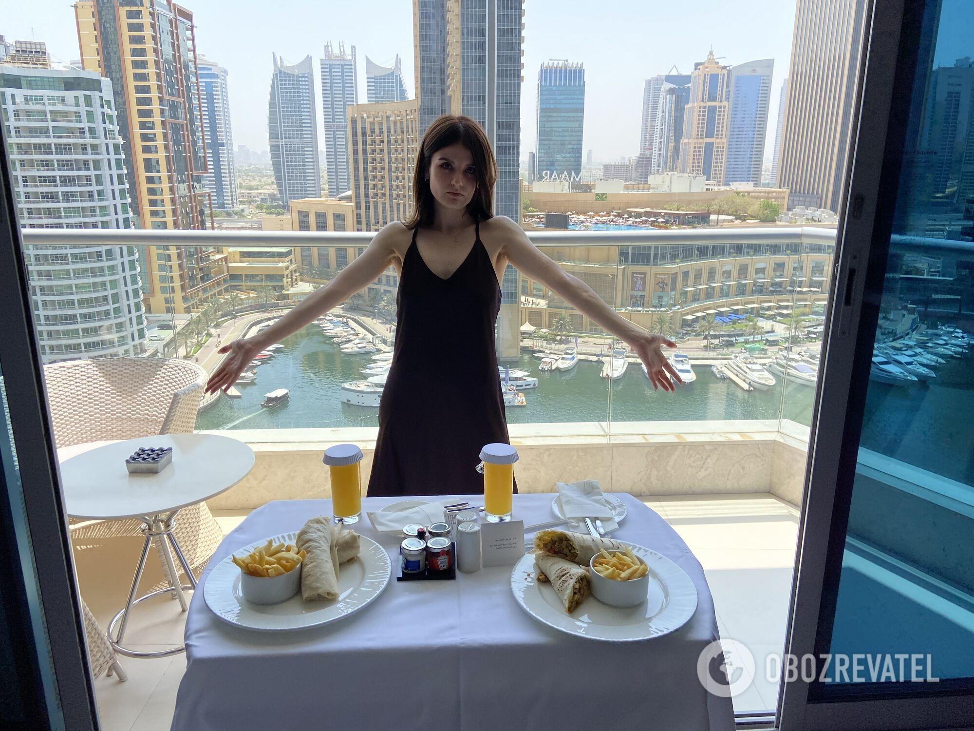 """Две """"крохотные"""" порции шавермы в ожидании результатов ПЦР-теста в отеле InterContinental Dubai Marina."""