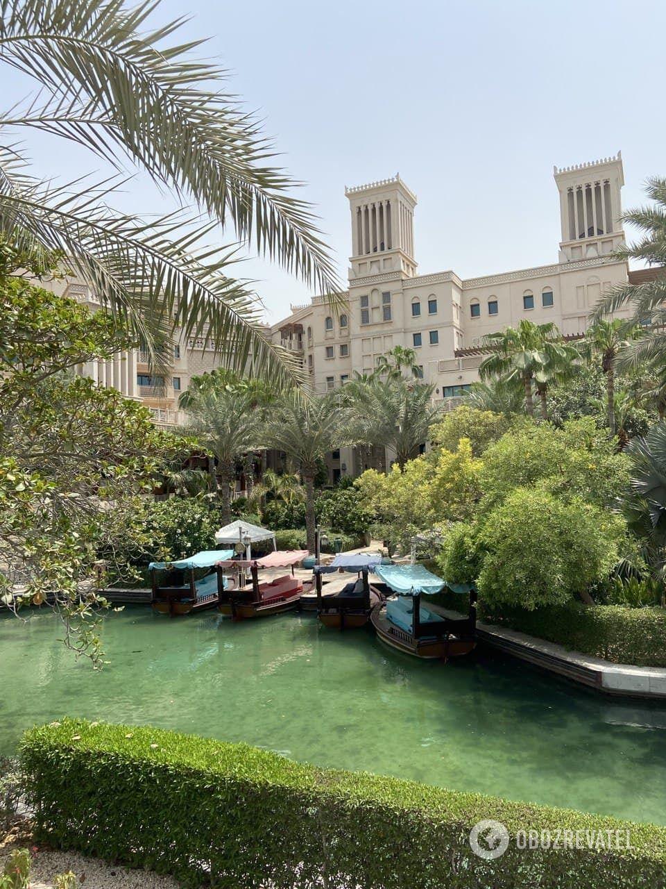 Территория отеля Jumeirah Al Qasr.