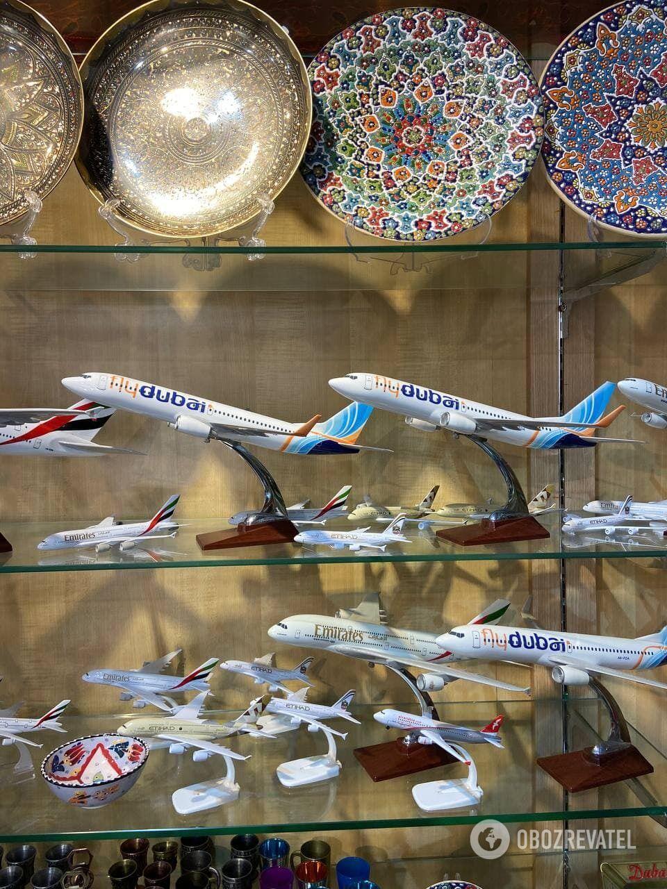 Макеты самолетов flydubai в сувенирной лавке района Аль-Фахиди.