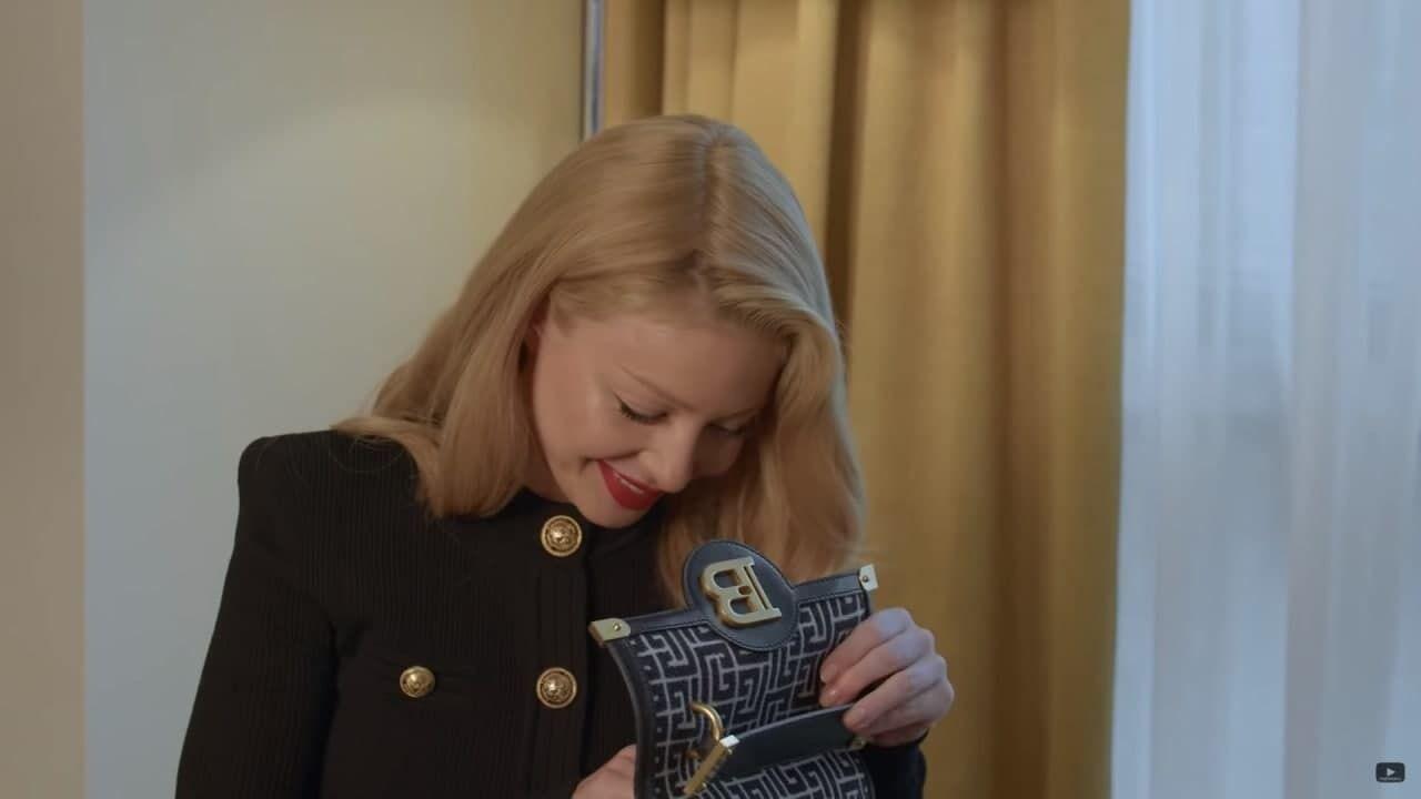 Тіна Кароль показує, що знаходиться в її сумці.