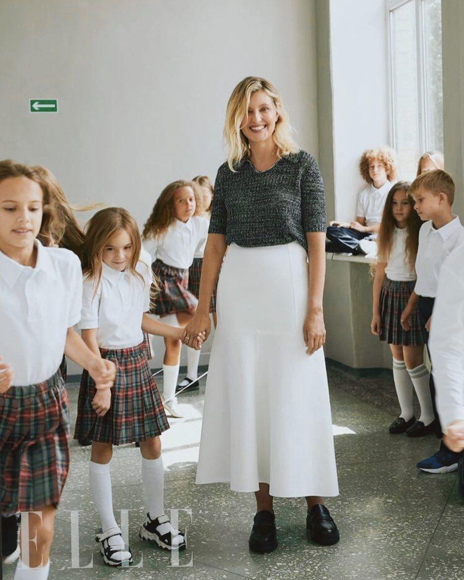 Елена Зеленская позировала со школьниками во время перерыва.