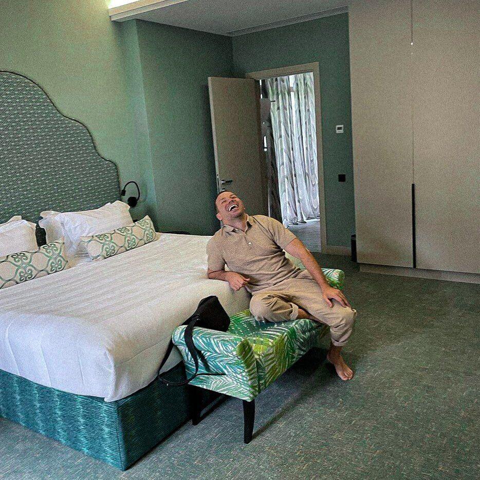 Андре Тан в номері готелю.
