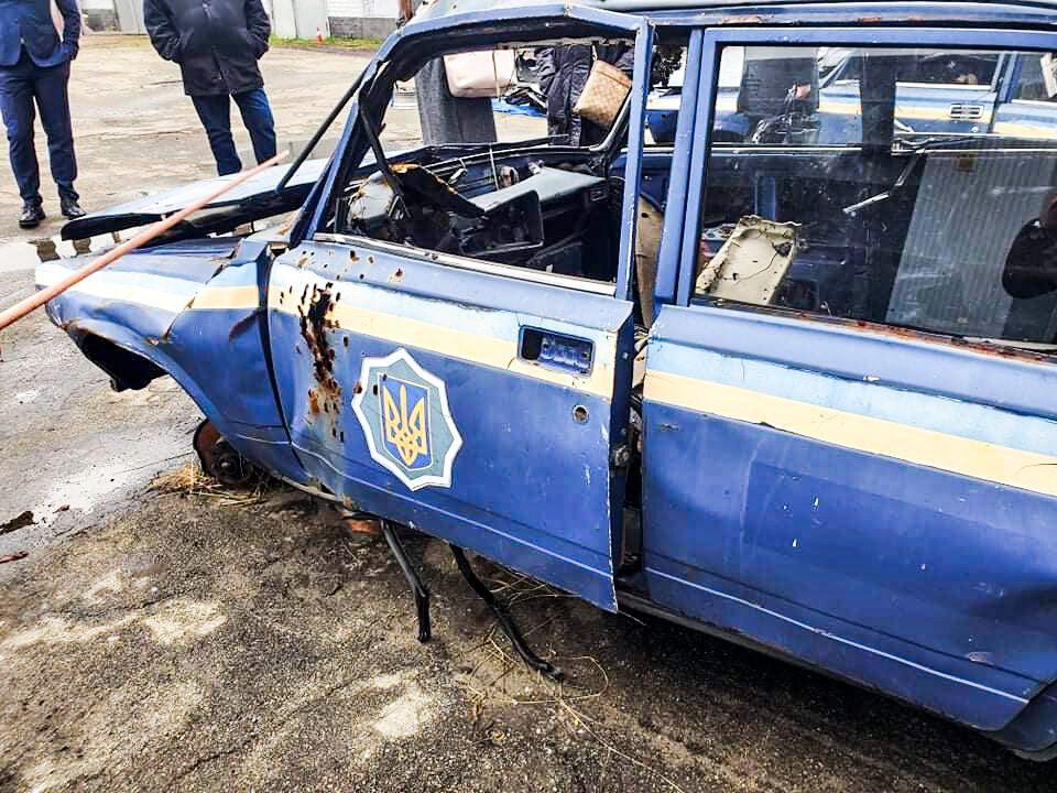 Прокурор показав автомобілі і пояснив наслідки вибуху.