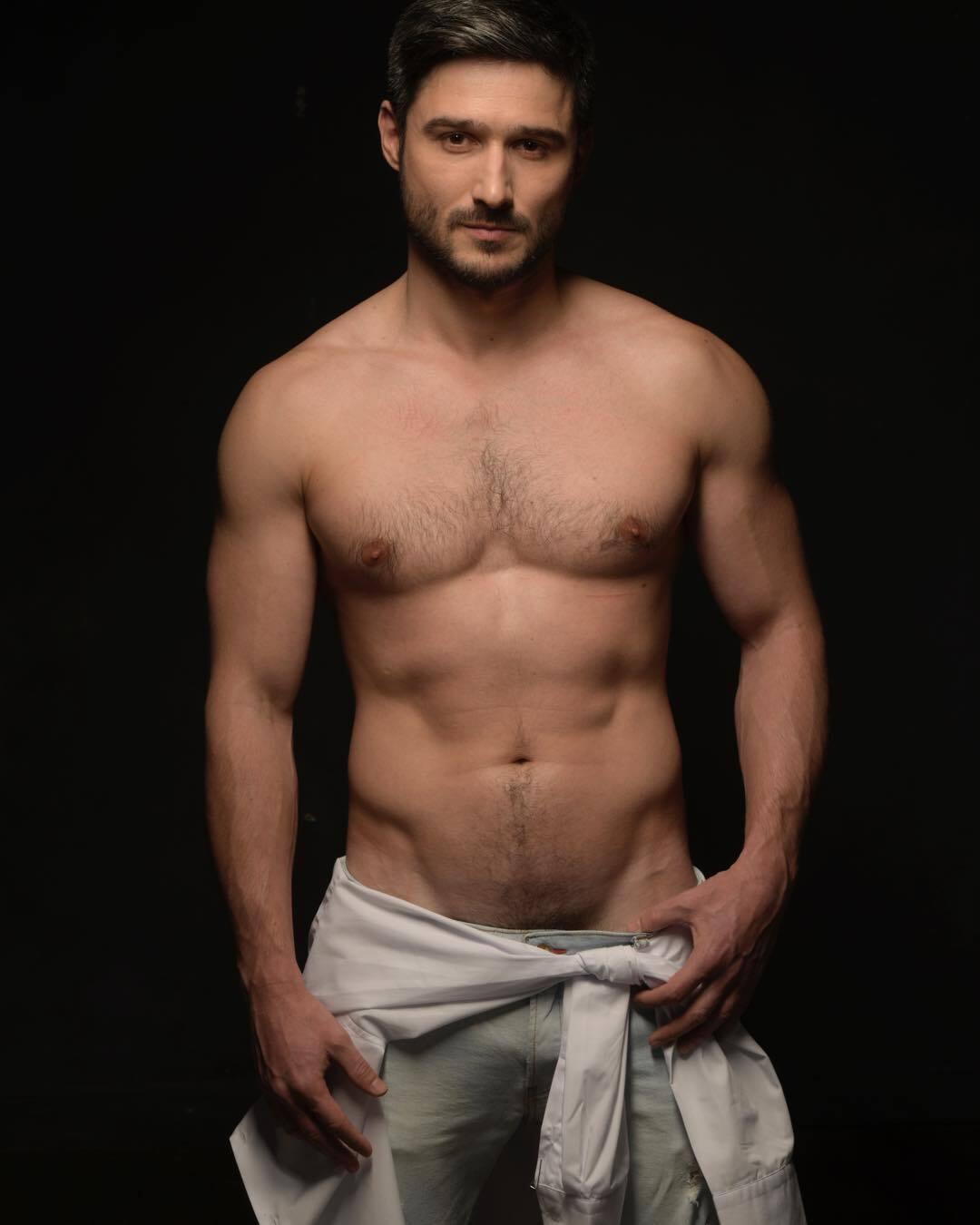 Андрій Федінчик з голим торсом
