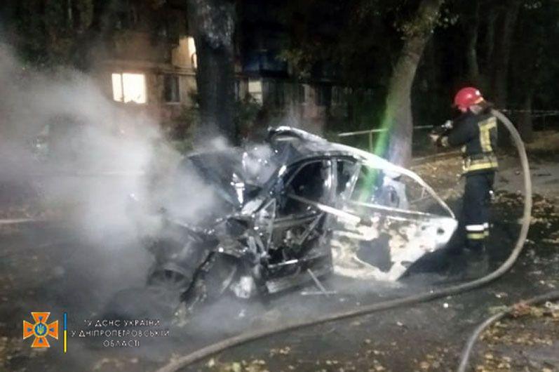 Авто загорелось после столкновения с деревом