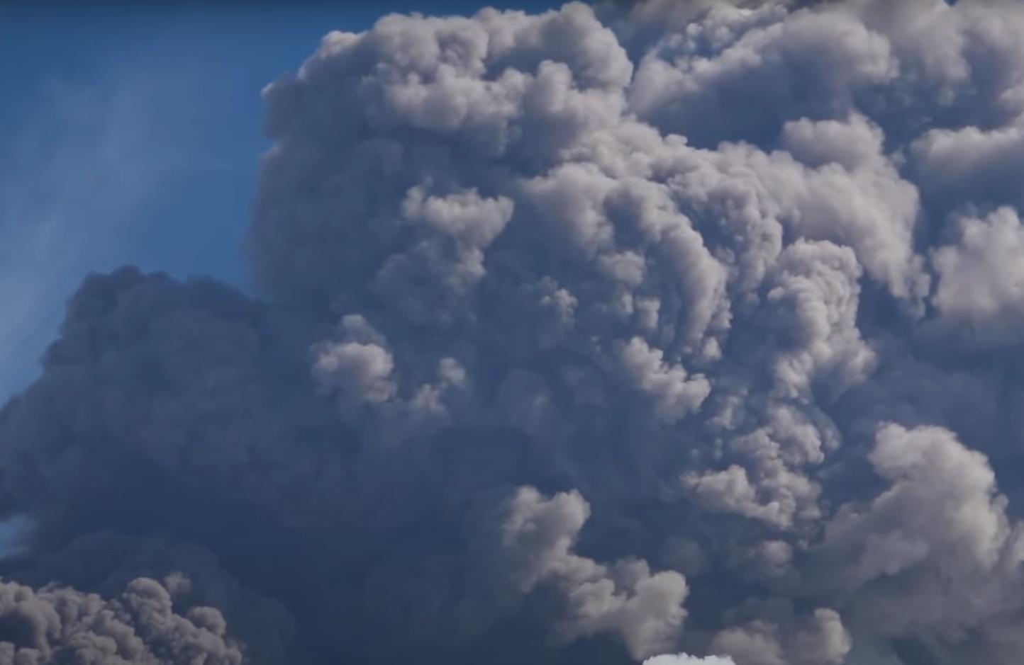 Вулкан выбросил огромный столб пепла в небо.