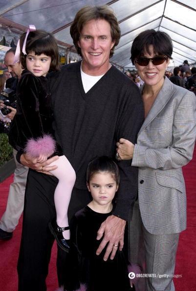 Кайли и Кендалл с родителями на красной дорожке.