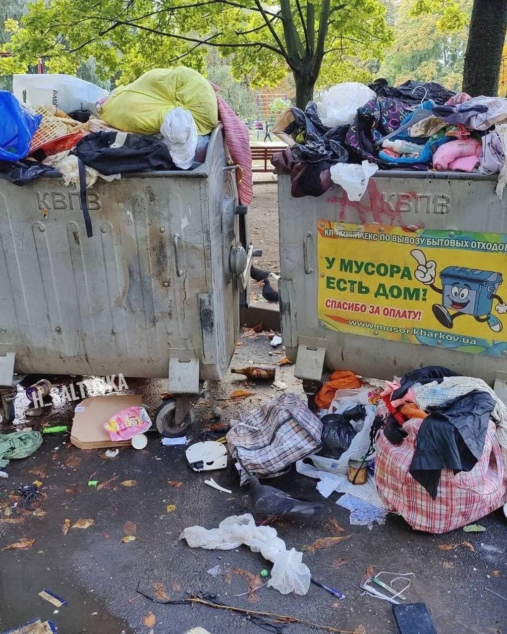 Вынесенный мусор на входе в квартире забил все баки.