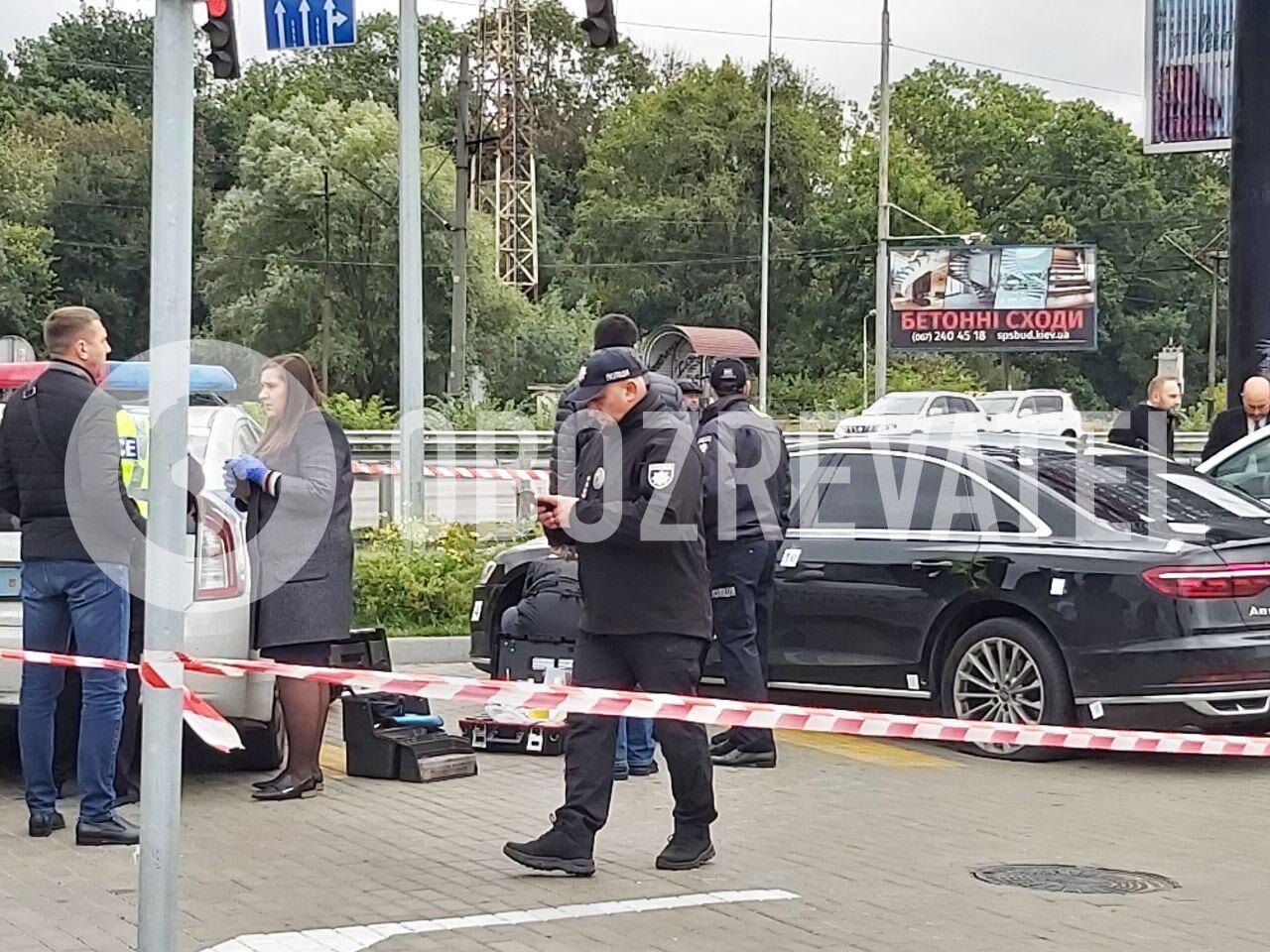 Полицейские осматривают авто