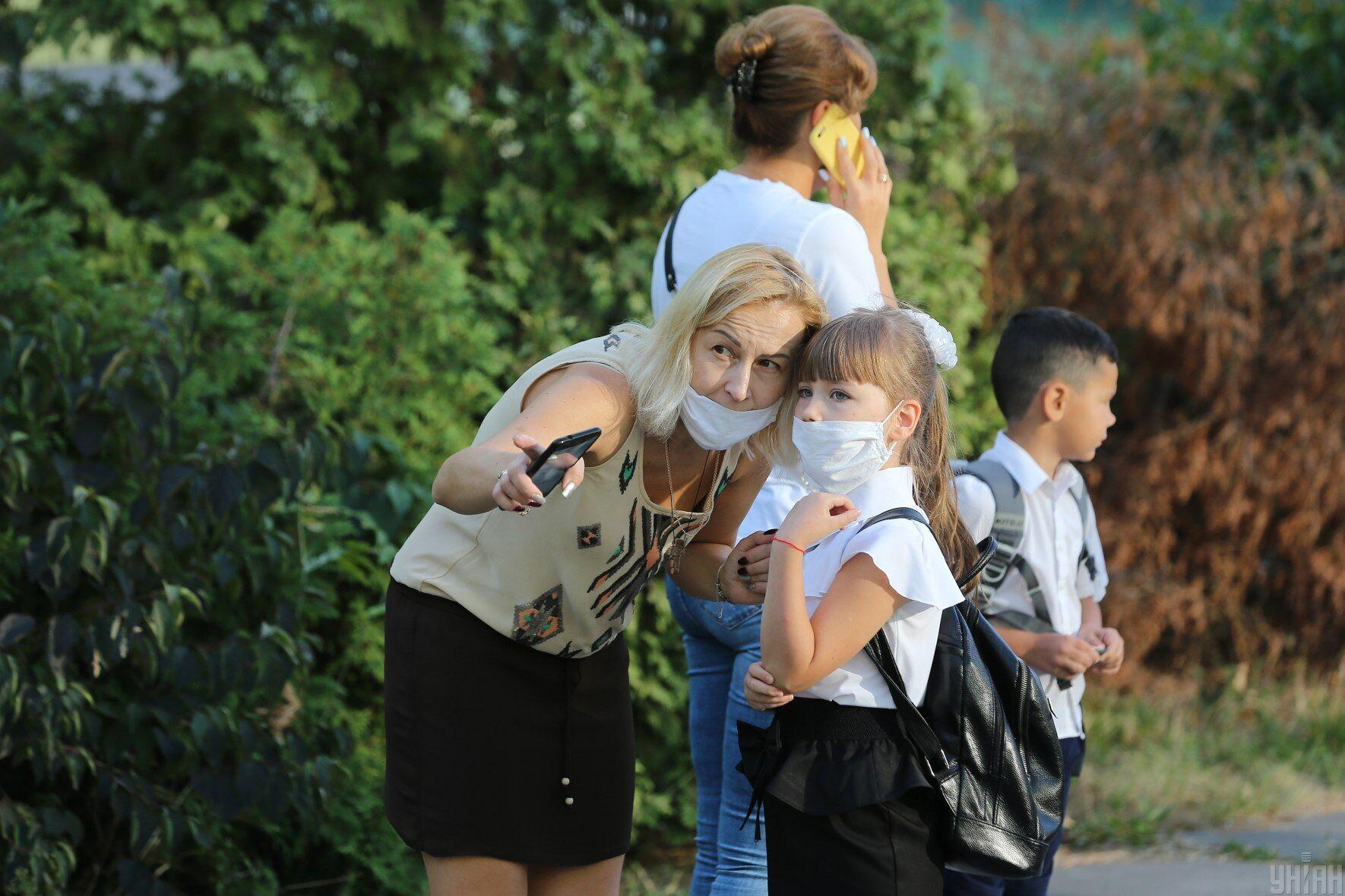 Батьки можливим закриттям шкіл через низький рівень вакцинації обурені