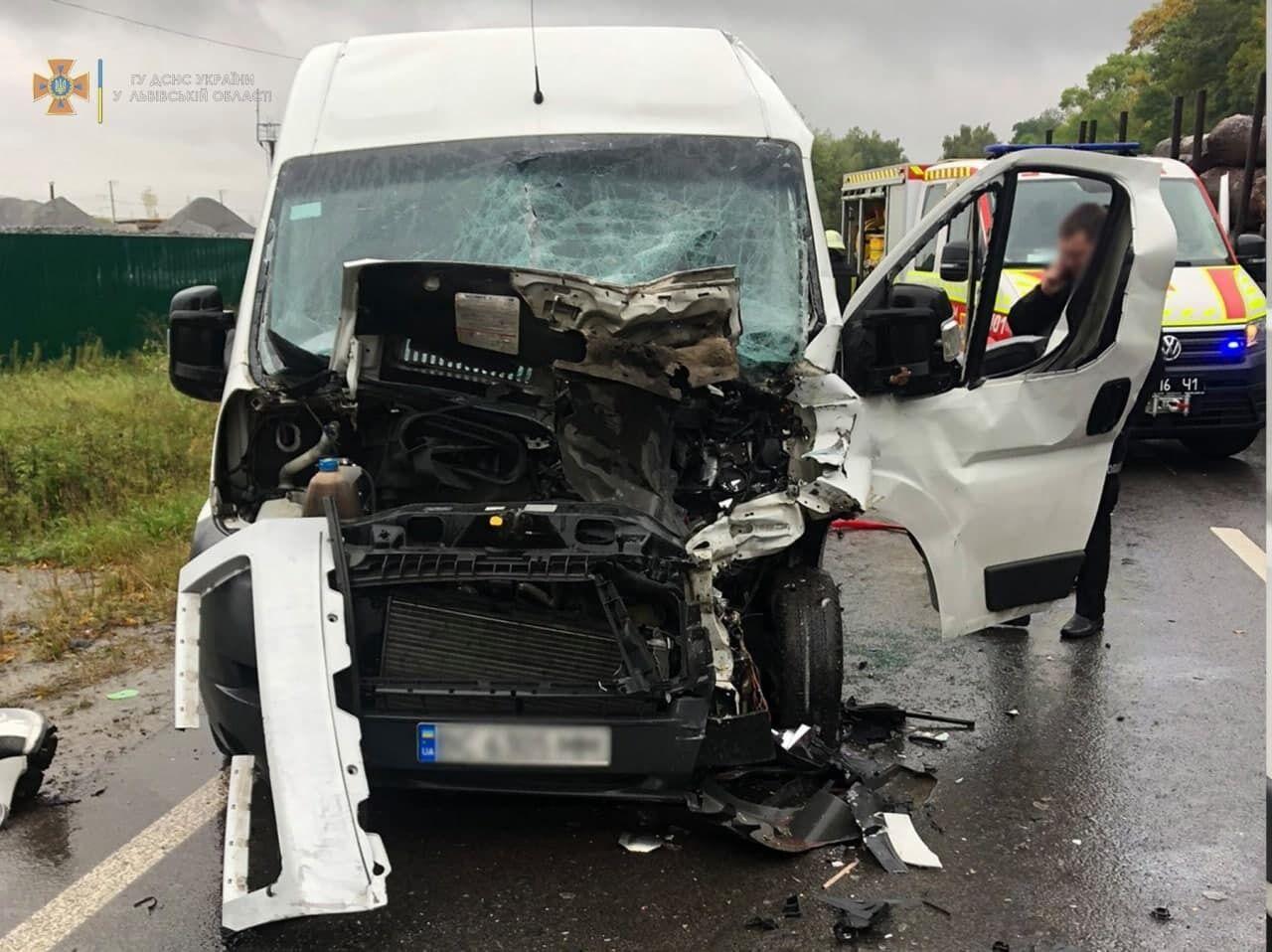 Микроавтобус столкнулся с грузовиком.