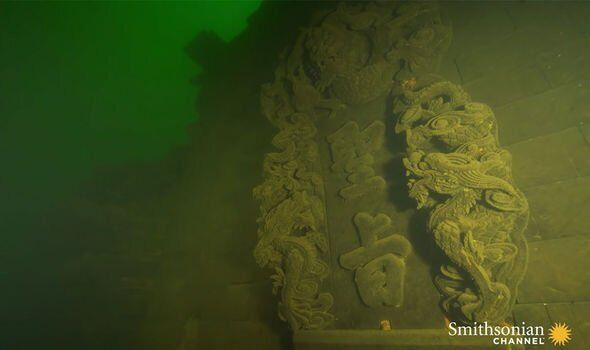 Статуї на дні озера