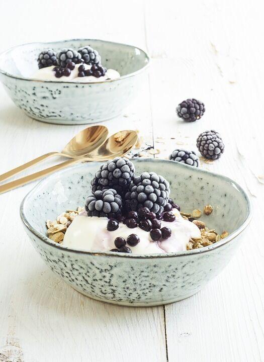 Гранола з йогуртом та ягодами