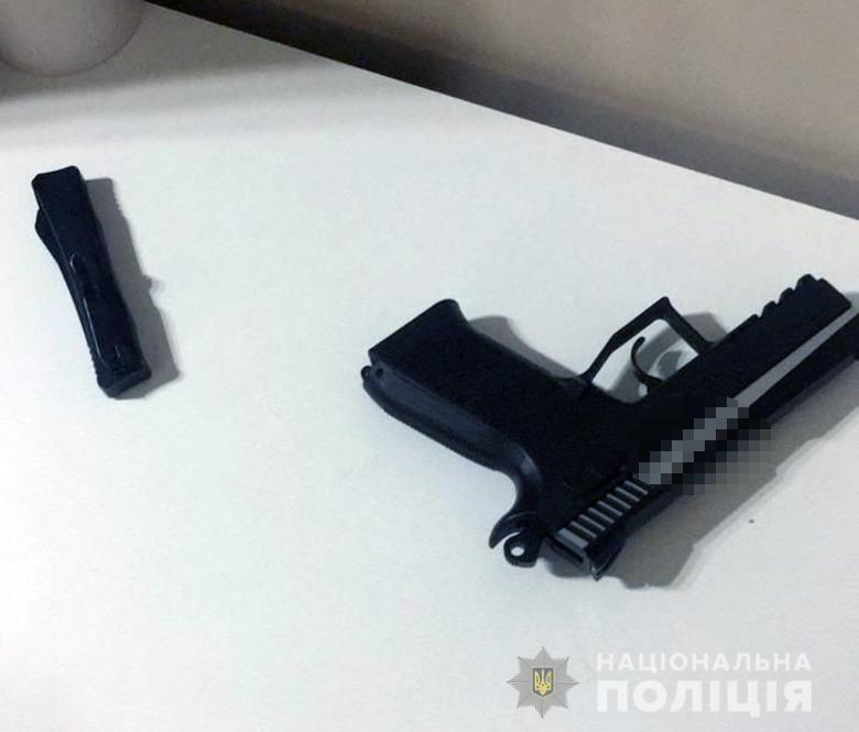 Злоумышленник размахивал пистолетом в вагоне метро.