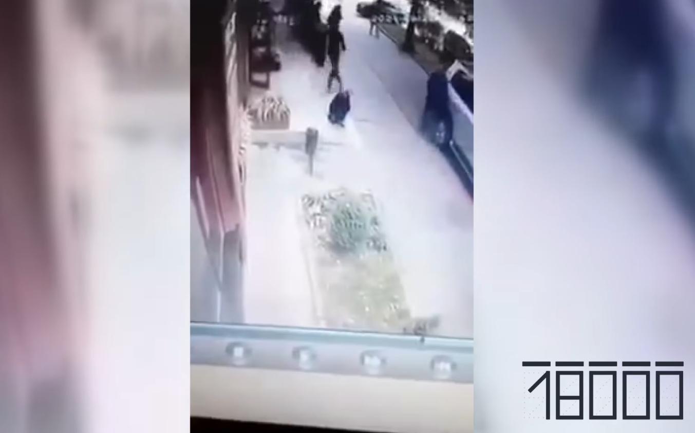 Стрелок бегал по улице с автоматом.