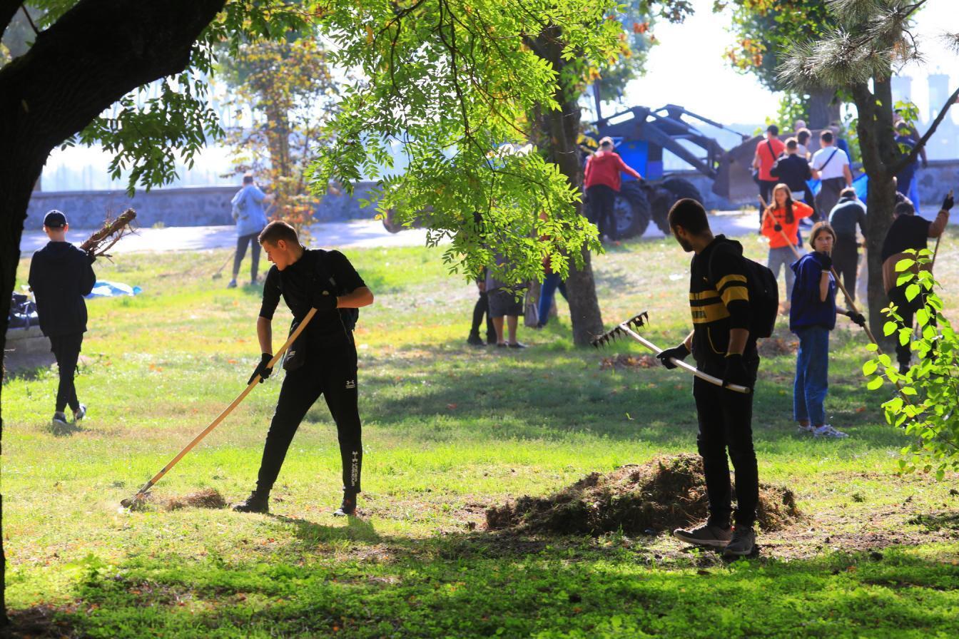 У Кременчуці школярі і студенти під час занять прибирали парк.