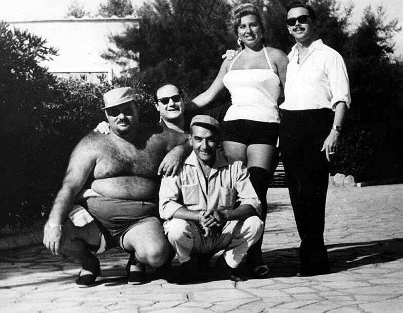 Фарук с друзьями и его подруга Ирма Минутоло