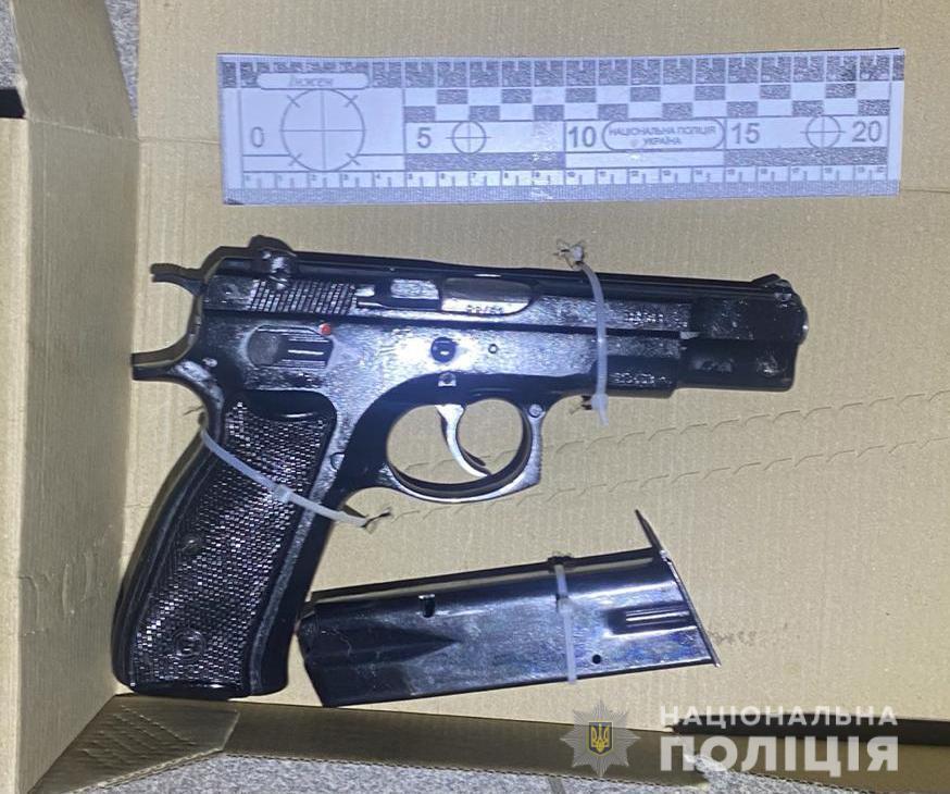 Поліцейські вилучили у чоловіка різноманітну зброю
