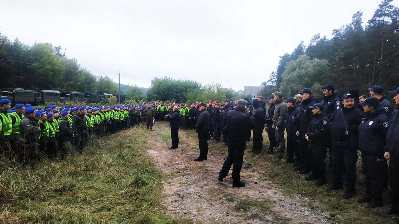 Місце замаху обстежує безліч поліцейських і нацгвардійців