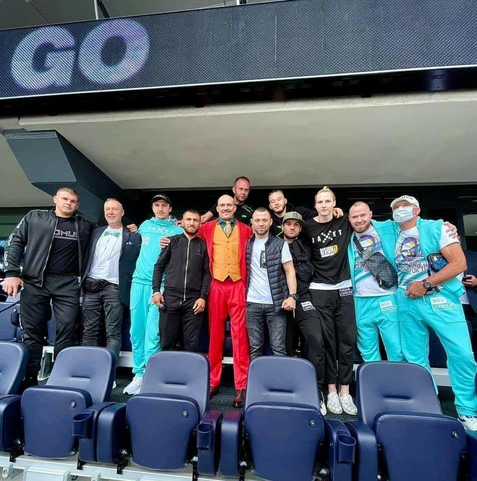 Команда Александра Усика на стадионе.