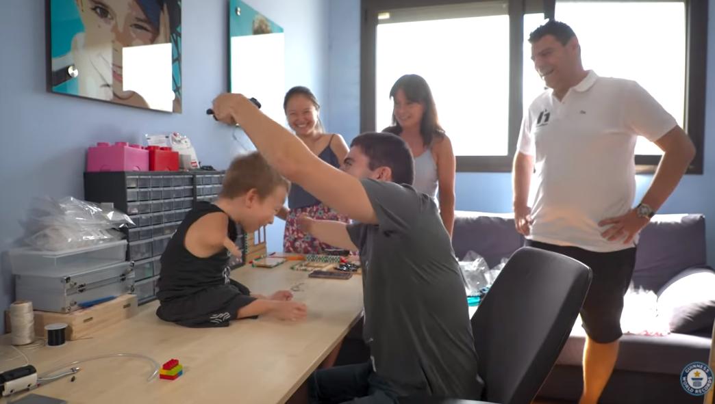 Девід Агілар створив протез для дитини