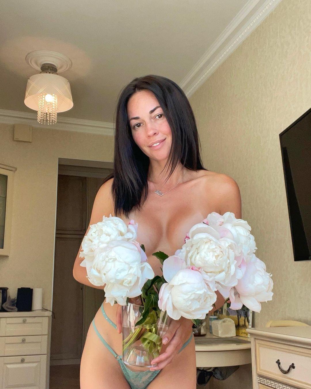 Анастасія Тукмачова прикрила груди квітами