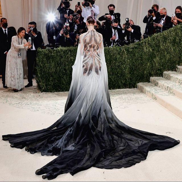 Вона обрала сукню з довгим шлейфом