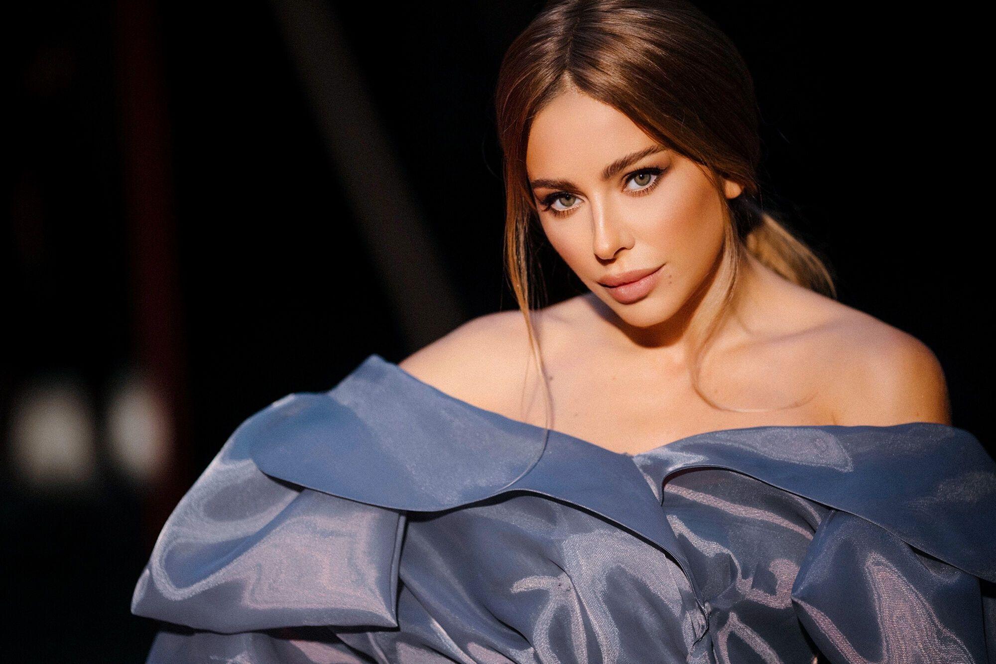 Співачка в легкій сукні.